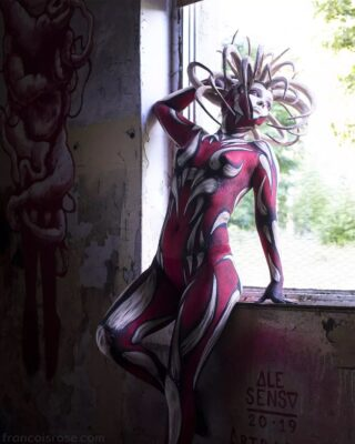 Great collaboration with @bodyartbygina & @isabell_adem at Farbfroh. Headpiece by @bubblesandfrown, wall painting by @sensoale. #bodyart #bodypainting #shoot #germany #collaboration #urbex